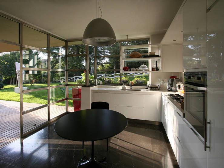 Villa bifamiliare: Cucina in stile  di Studio Maggiore Architettura, Moderno