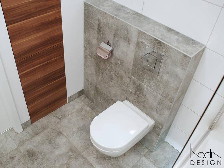 ŁAZIENKA W ODCIENIACH BETONU I DREWNA: styl , w kategorii Łazienka zaprojektowany przez studio projektowe KODA design Dawid Kotuła