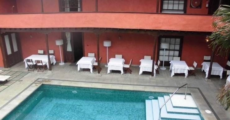 Hotel San Roque: Jardín de estilo  de iluminika