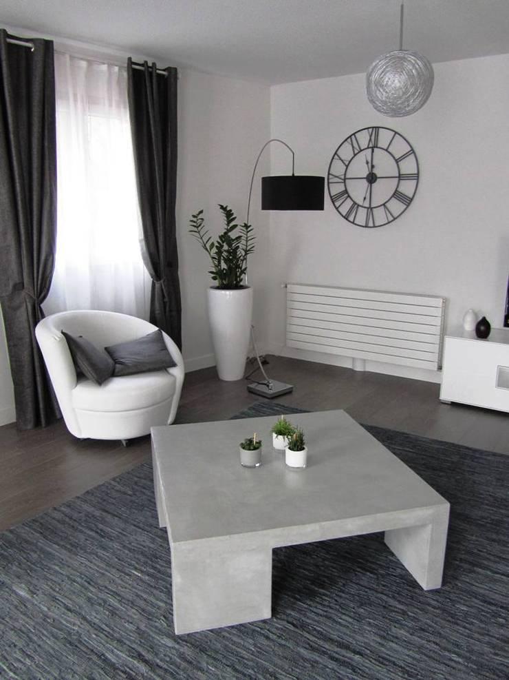 """Table de salon en béton ciré """"Flanelle"""": Salon de style  par CATHERINE PENDANX"""