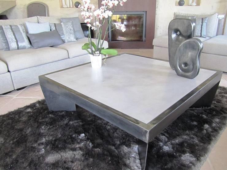 Table de salon en béton associé à l'acier : Salon de style  par CATHERINE PENDANX