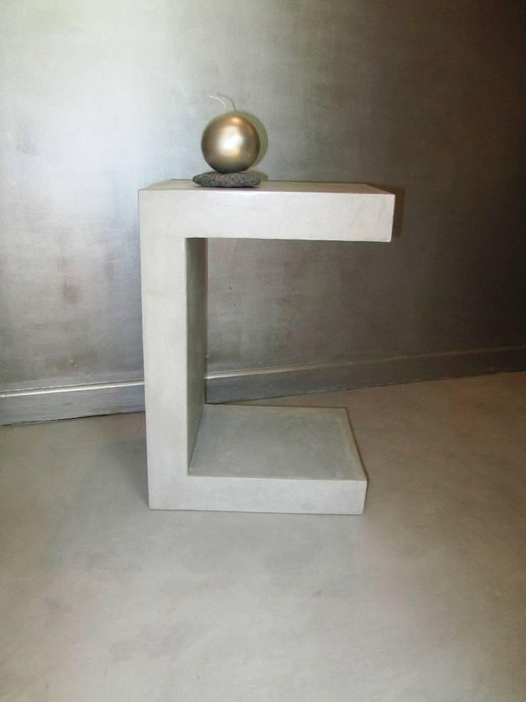 """Table d'appoint en béton ciré """"gris souris"""": Salon de style  par CATHERINE PENDANX"""