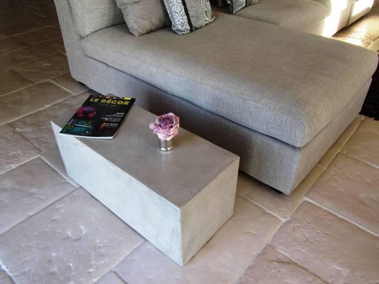 Table d'appoint en béton ciré : Salon de style  par CATHERINE PENDANX