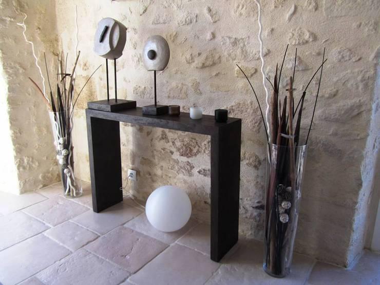 """Console en béton ciré """"Sinai"""": Couloir, entrée, escaliers de style  par CATHERINE PENDANX"""