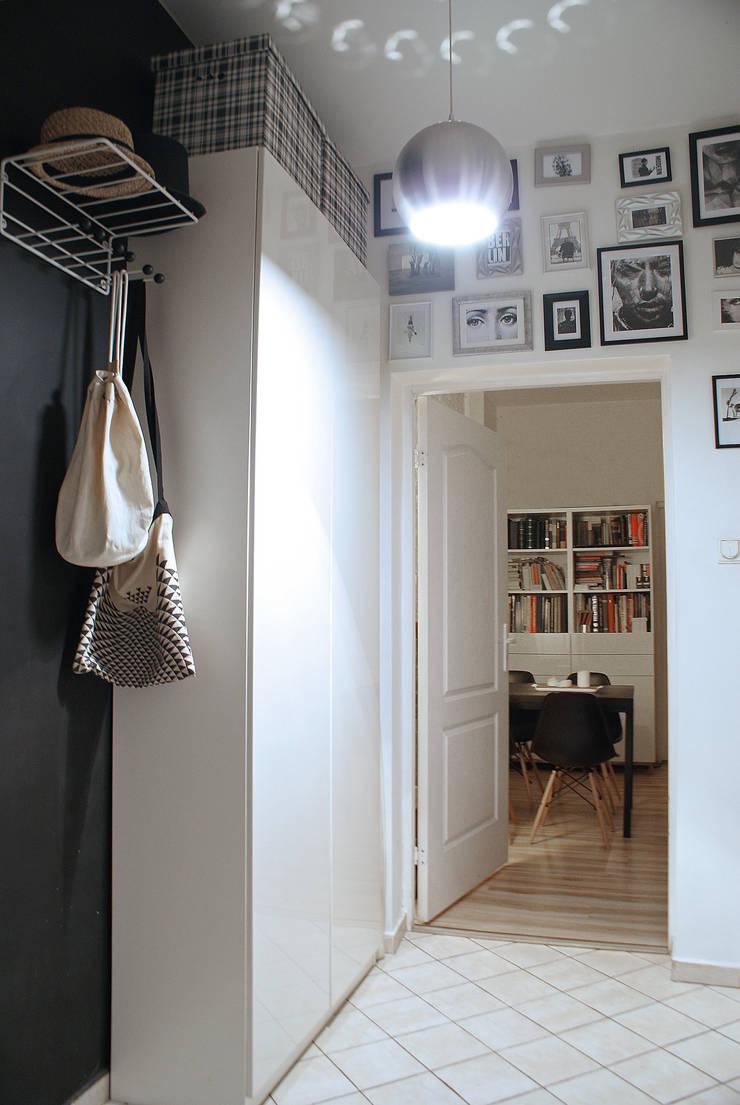 MIESZKANIE W KAMIENICY W CENTRUM SZCZECINA: styl , w kategorii Pokój multimedialny zaprojektowany przez studio projektowe KODA design Dawid Kotuła