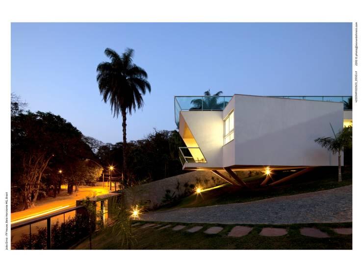 Casa FP por Joao Diniz Arquitetura: Casas  por JOAO DINIZ ARQUITETURA