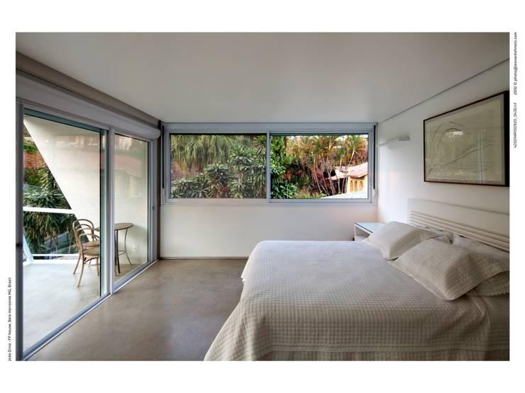 Casa FP por Joao Diniz Arquitetura: Quartos  por JOAO DINIZ ARQUITETURA
