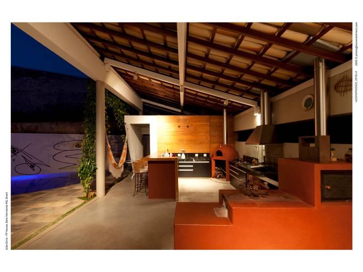 Casa FP por Joao Diniz Arquitetura: Cozinhas  por JOAO DINIZ ARQUITETURA
