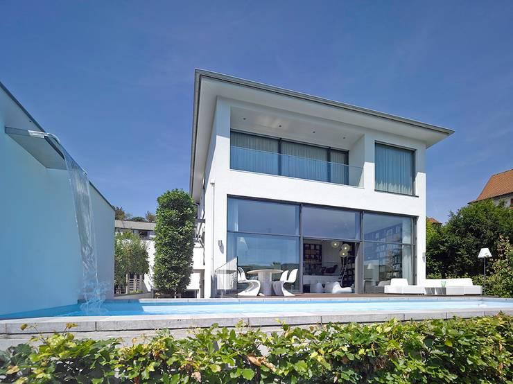 Haus mit Blick in die Weinberge und Pool: moderne Häuser von Rosenberger + Neidhardt