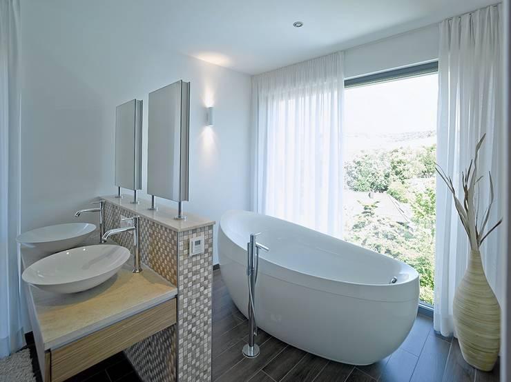 Baños de estilo moderno de Rosenberger + Neidhardt