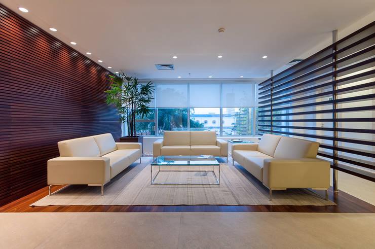 Sala de Espera | Escritório Corporativo: Salas de estar  por Christiana Marques Fotografia