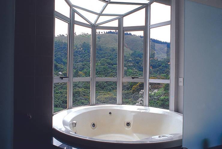 Casa Serrana por Joao Diniz Arquitetura: Banheiros  por JOAO DINIZ ARQUITETURA