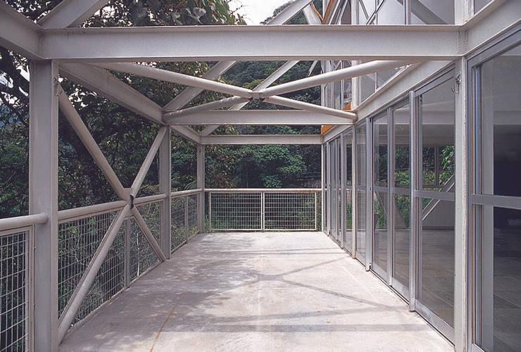 Casa Serrana por Joao Diniz Arquitetura: Terraços  por JOAO DINIZ ARQUITETURA,