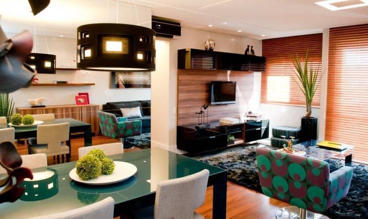 Projeto arquitetônico de interiores para residencia unifamiliar. (Fotos: Lio Simas): Salas de jantar  por ArchDesign STUDIO