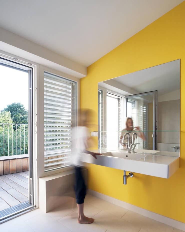 Ванные комнаты в . Автор – Abendroth Architekten, Модерн