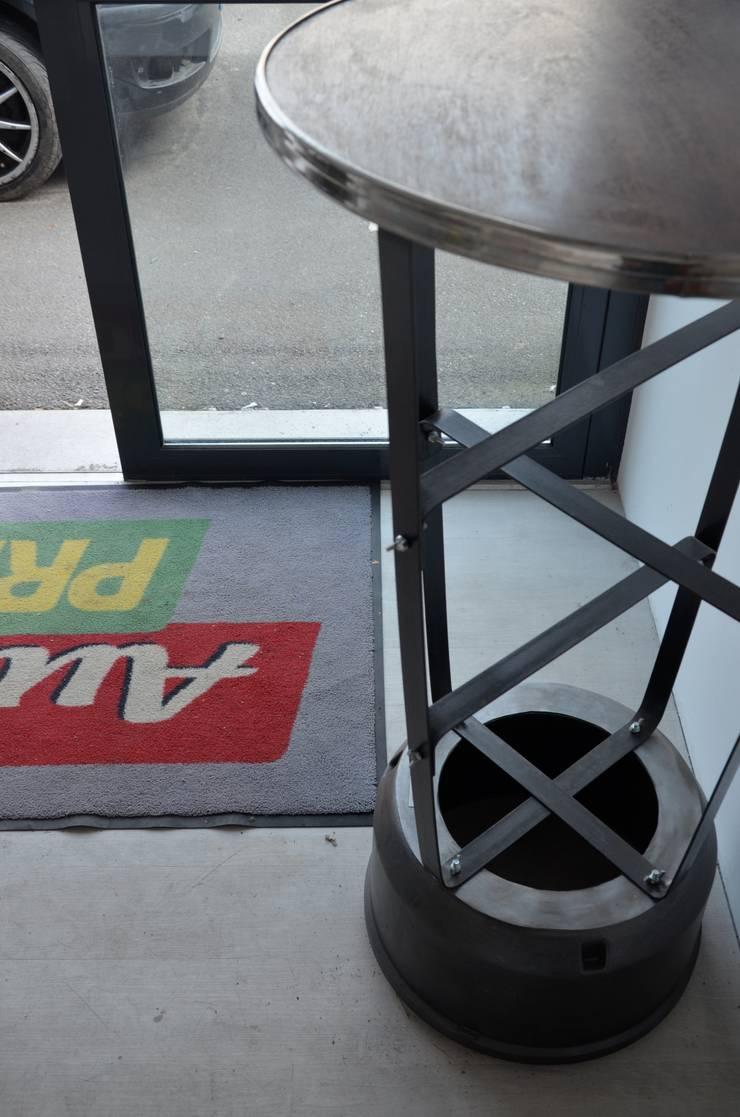"""Mange debout """"upcycling"""" esprit mécanique: Espaces commerciaux de style  par Hewel mobilier"""