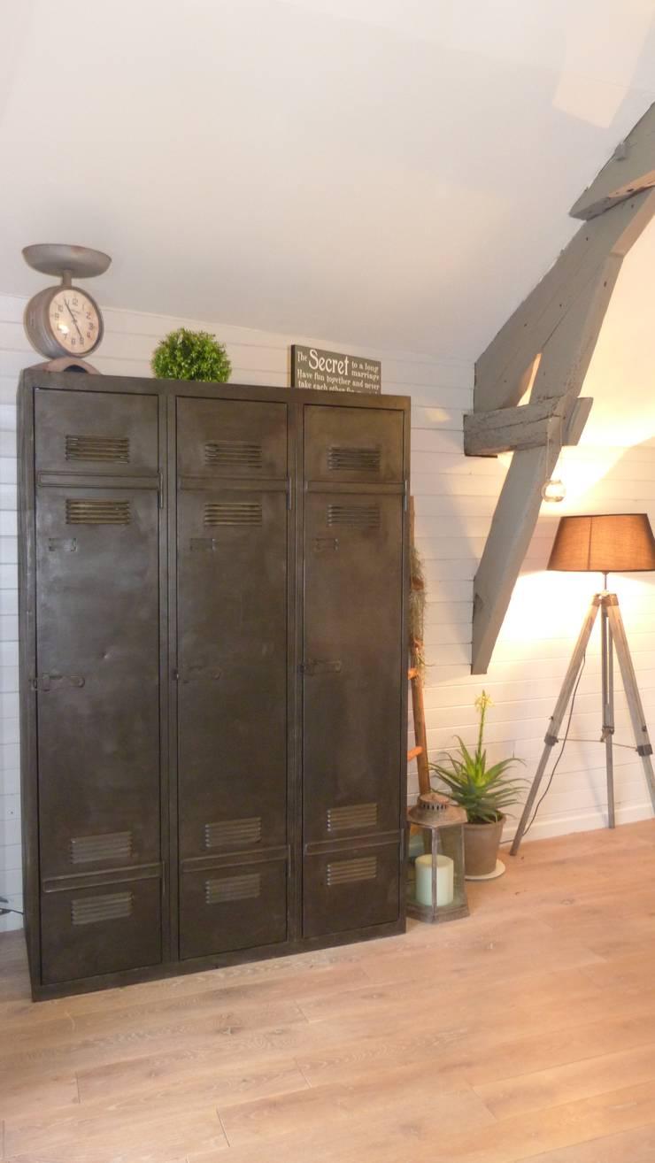 Vestiaire industriel métallique finition canon de fusil: Salon de style  par Hewel mobilier
