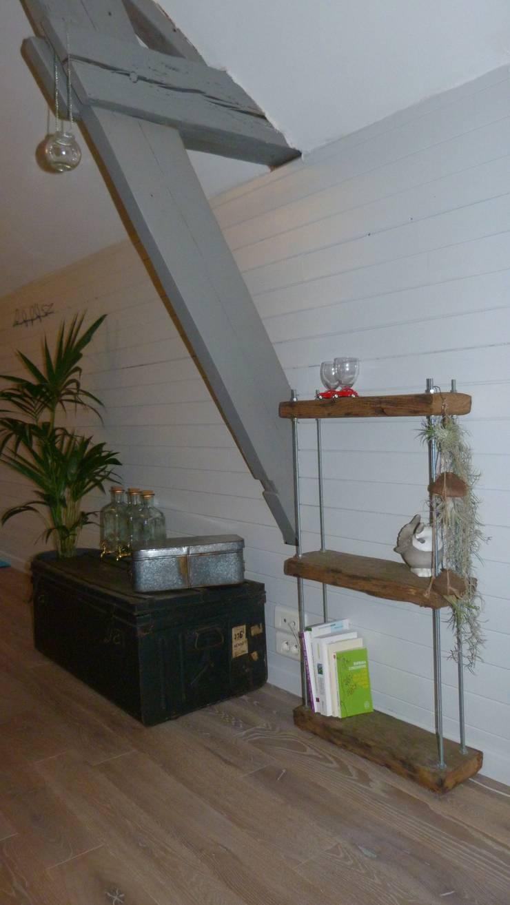 Etagère suspendue bois et métal: Salon de style  par Hewel mobilier