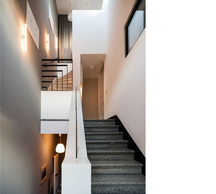 treppenhaus _ 3. obergeschoß:  Flur & Diele von beissel schmidt architekten