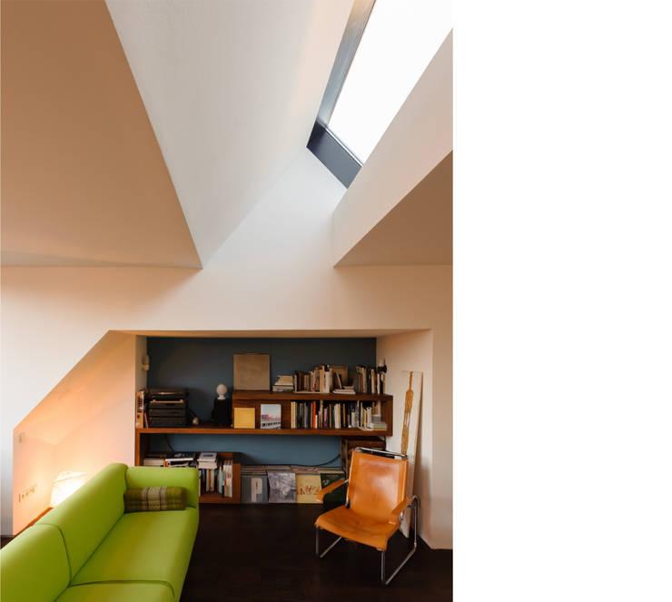 wohnen _ dachgeschoß:  Wohnzimmer von beissel schmidt architekten