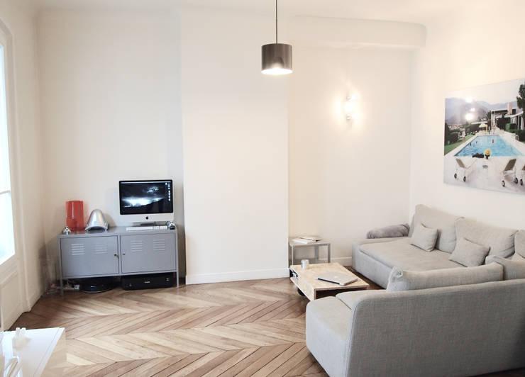 Appartement C: Salon de style  par Thibaudeau Architecte