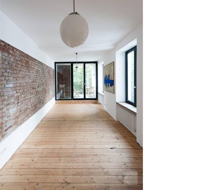 wohnen _ 2. obergeschoß:  Wohnzimmer von beissel schmidt architekten