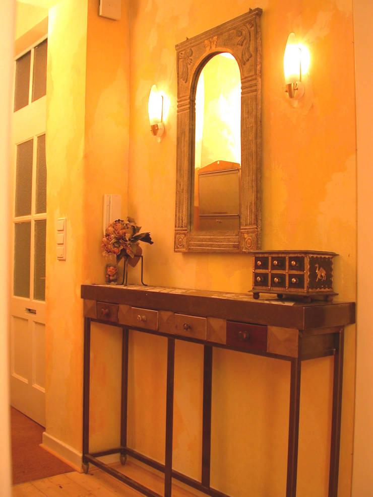 Hành lang, sảnh & cầu thang phong cách thực dân bởi WohnDich Thực dân