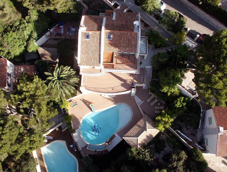 VILLA À CASSIS: Terrasse de style  par 2Y Architecture