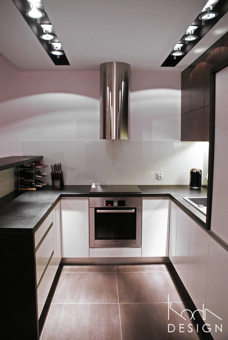 KUCHNIA W KONTRAŚCIE: styl , w kategorii Kuchnia zaprojektowany przez studio projektowe KODA design Dawid Kotuła