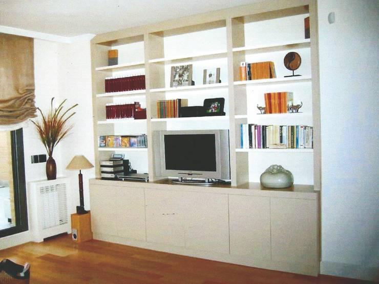Librería lacada en 2 tonos con puertas: Salones de estilo  de PACO SANTACREU, S.L.