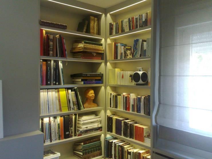 Librería lacada con leds: Hogar de estilo  de PACO SANTACREU, S.L.