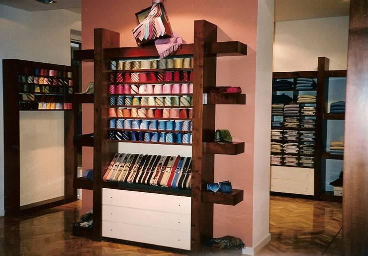 Mueble expositor lacado y barnizado: Oficinas y tiendas de estilo  de PACO SANTACREU, S.L.