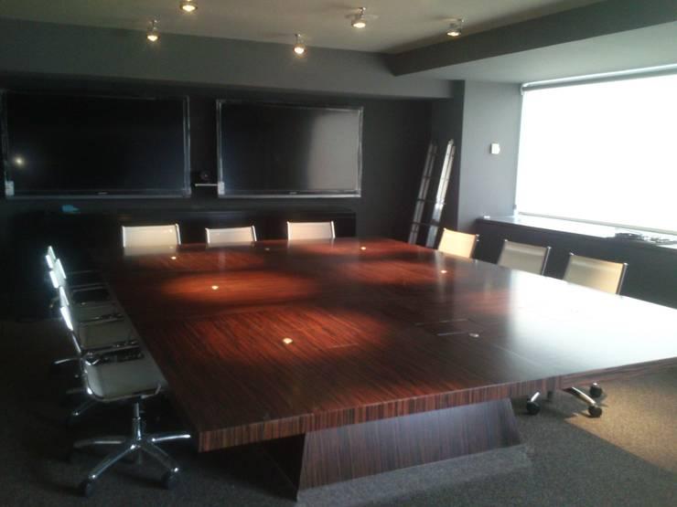 Mesa de juntas barnizada: Oficinas y tiendas de estilo  de PACO SANTACREU, S.L.
