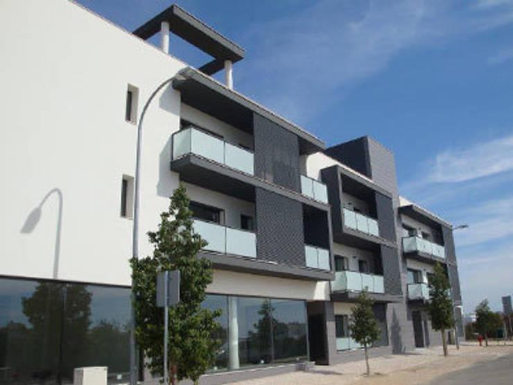 Edifício Concluído: Casas  por Ana Viegas
