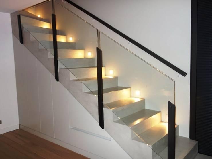 ESCALIER EN BETON CIRE: Couloir, entrée, escaliers de style  par CATHERINE PENDANX