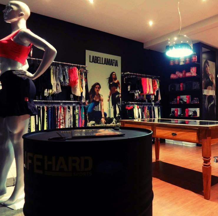 Life Hard Fitness: Lojas e imóveis comerciais  por Studio Fabricio Battisti