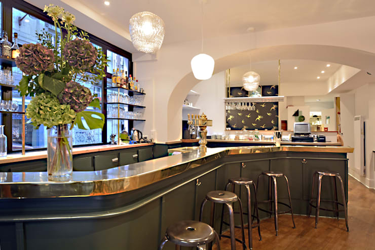 Les Bar, Peinture Farrow and Ball STUDIO GREEN: Hôtels de style  par JC Peyrieux Design