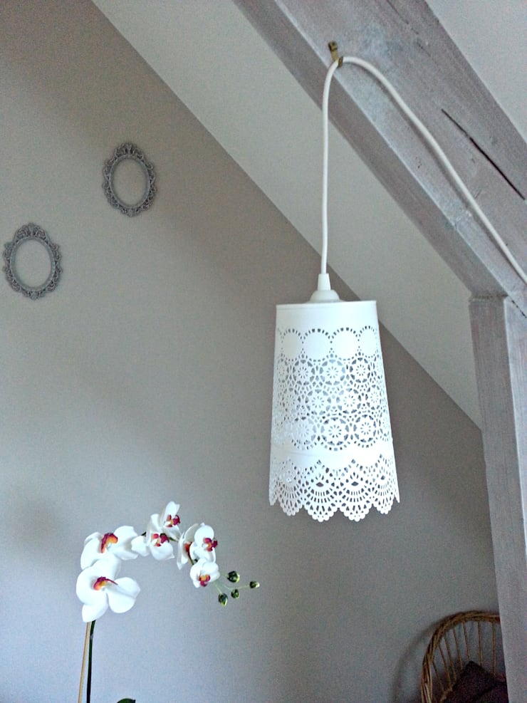 LAMPE BALADEUSE AVEC ABAT JOUR EN DENTELLE DE MÉTAL BLANCHE: Maison de style  par atelierdelachoisille