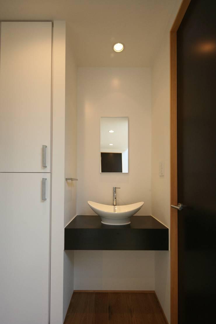 東金町の家【House Higashikanamachi】: Nieda Architectsが手掛けた浴室です。