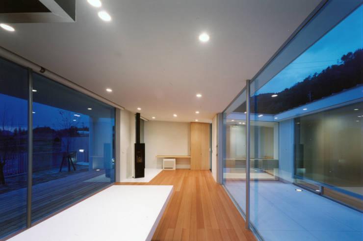 Salones de estilo  de 小平惠一建築研究所, Moderno