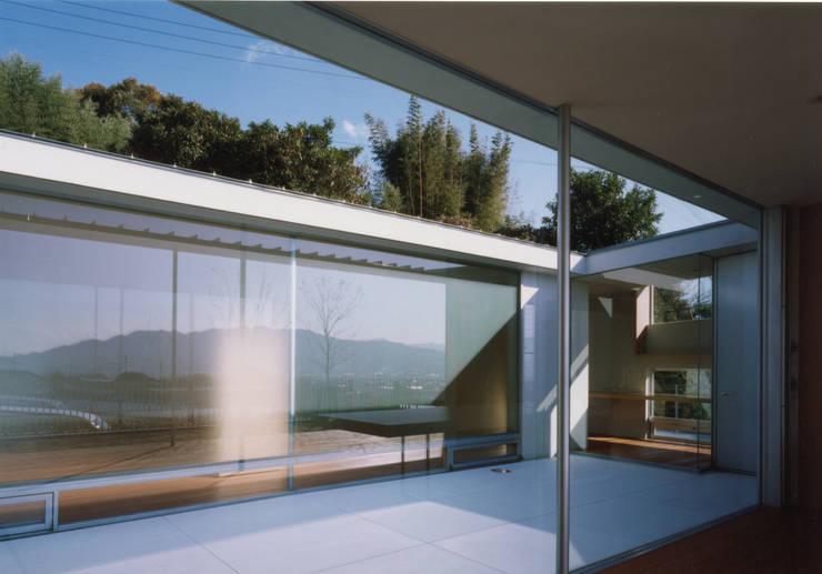 Terrazas de estilo  de 小平惠一建築研究所, Moderno