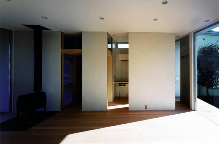 藤沢の家: 小平惠一建築研究所が手掛けたリビングです。,モダン