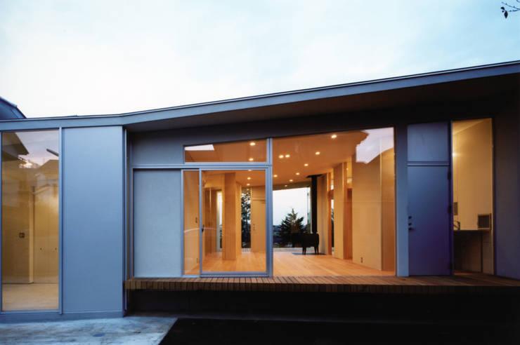 南面夜景: 小平惠一建築研究所が手掛けた家です。