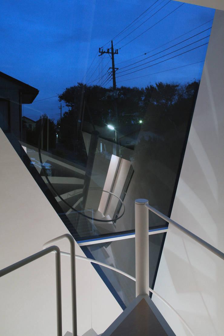 螺旋階段詳細: 小平惠一建築研究所が手掛けた廊下 & 玄関です。