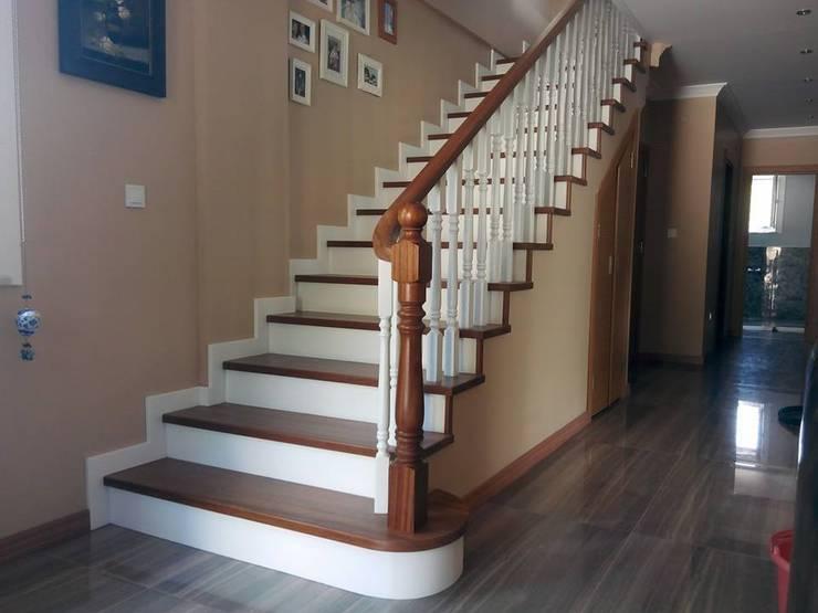 Yıldız  Ahşap merdiven ve küpeşte – beton kaplama merdiven: modern tarz Koridor, Hol & Merdivenler