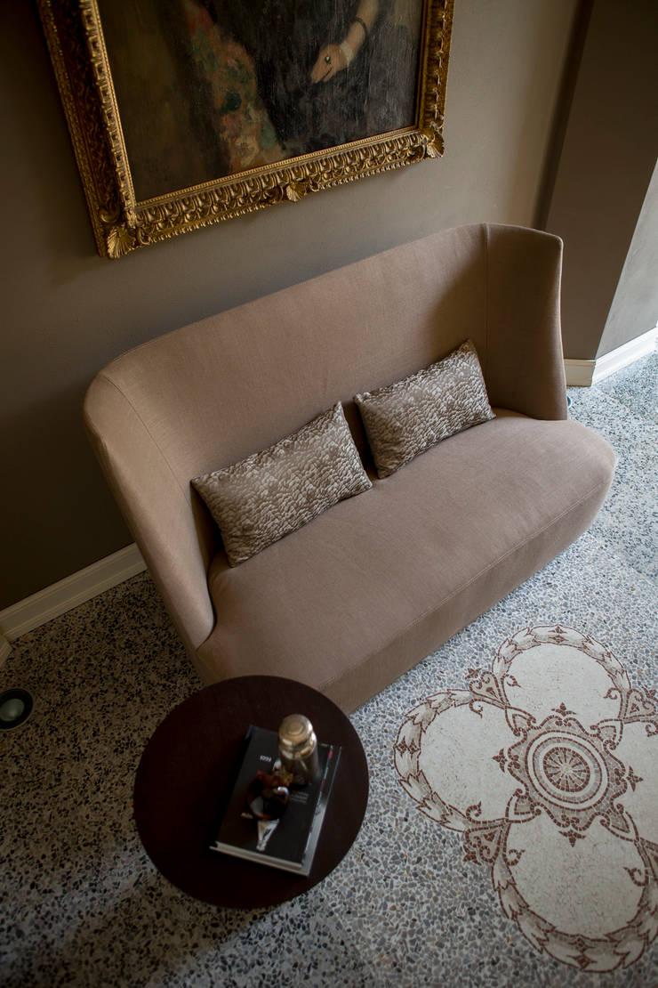 Vivien Divano Alto: Soggiorno in stile  di Alberta Pacific Furniture,