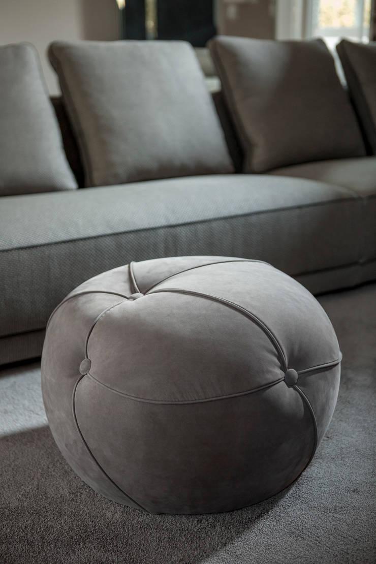 Pouff Sofia: Soggiorno in stile  di Alberta Pacific Furniture,