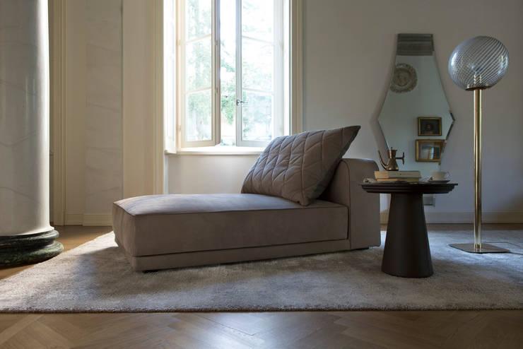 Gary Chaise Longue: Soggiorno in stile in stile Classico di Alberta Pacific Furniture