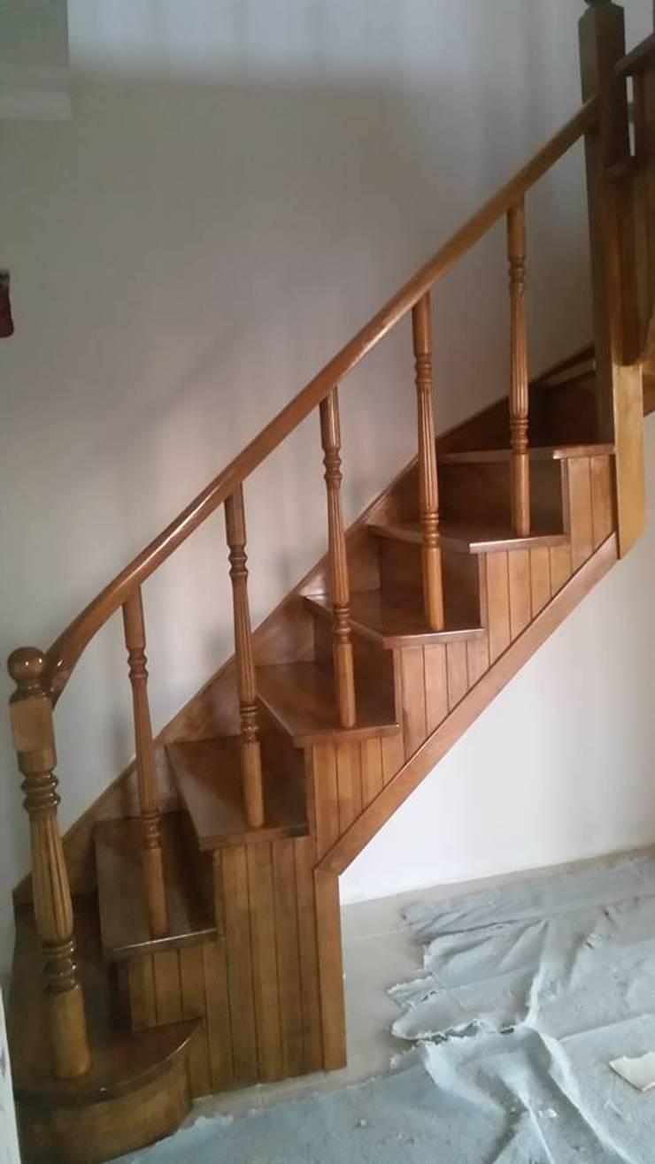 Yıldız  Ahşap merdiven ve küpeşte – boşta L merdiven:  tarz Koridor, Hol & Merdivenler