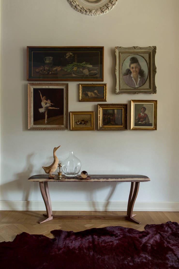 Elizabeth Consolle: Soggiorno in stile  di Alberta Pacific Furniture,
